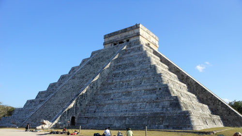 Chichen-Itza el castillo with the serpent