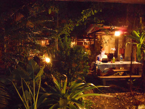 Hospedaje El Tope garden at night