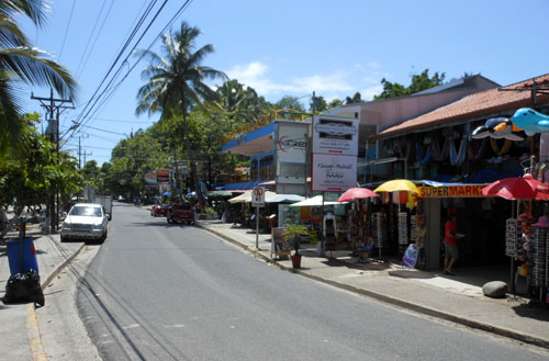 Manuel Antonio: main street by the beach
