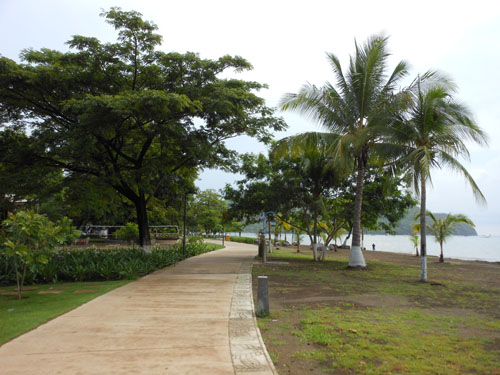 Playa Coco: paved path on the beach