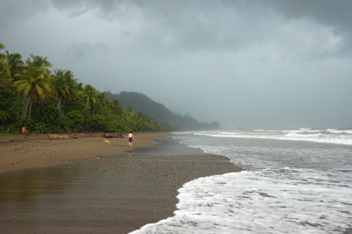 Playa Dominical: thunderstorm brewing