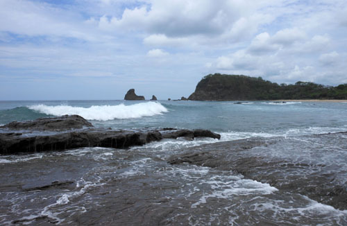 Playa Maderas: surf breaking on the rocks