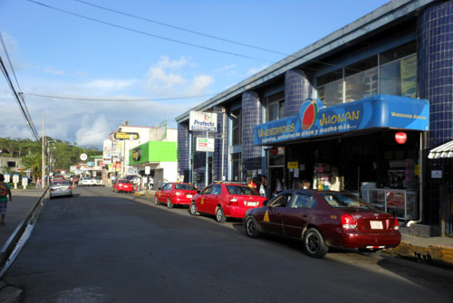 Quepos: street near the bus station