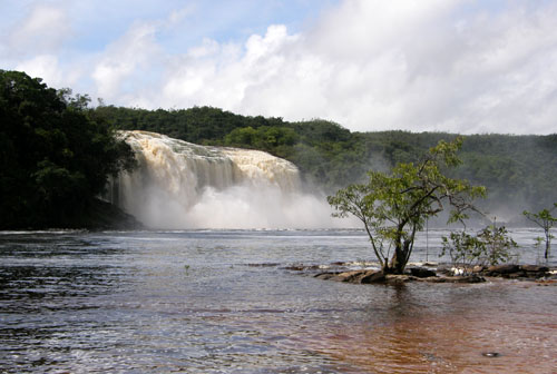 Venezuela - Canaima Lagoon: Salto Wadaima from the other side of the lagoon