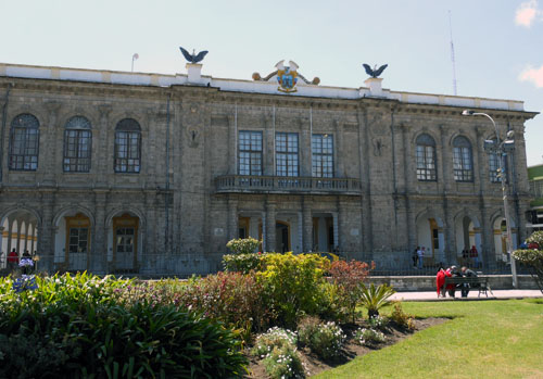 Ecuador - Latacunga: municipal building at the Parque Vincente Leon