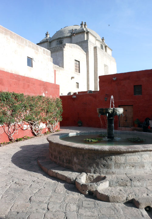 Arequipa, inside Monasterio de Santa Catalina - plaza with fountain