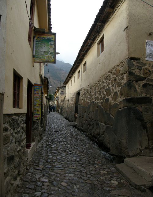 Ollantaytambo - cobbled streets with Inca walls similair in character to Cuzco
