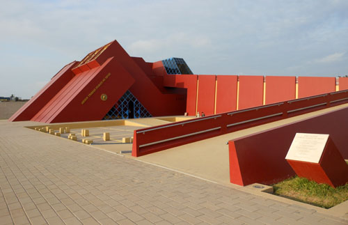 Peru, Lambayeque - Tumbes reales el Senior de Sipan museum building