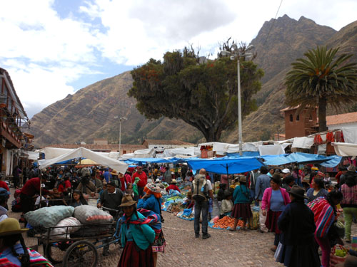 Peru, Pisac sunday market - busy main square