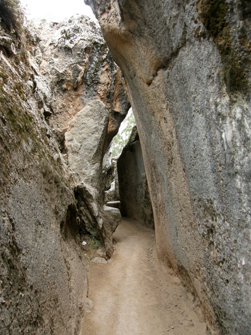 Peru, Q'enqo Archaeological Site - narrow paths and passages