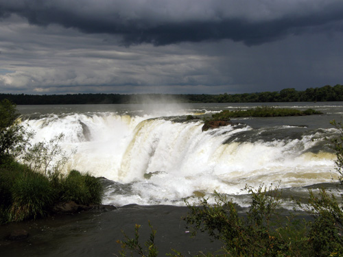Iguazu (Argentina) - approaching Gargatna del Diablo (Devil's Throat) waterfall