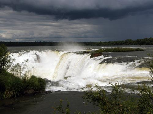 Iguazu (Argentina) - approaching Gargatna del Diablo (Devil's Throat) waterfall