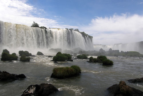 Iguazu (Brasil) - approaching Garganta del Diablo (Devil's Throat) waterfall